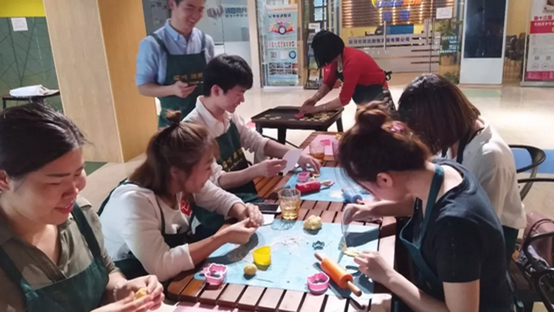 学做糖霜饼干:用糖霜给你的饼干装饰成五彩缤纷的色彩